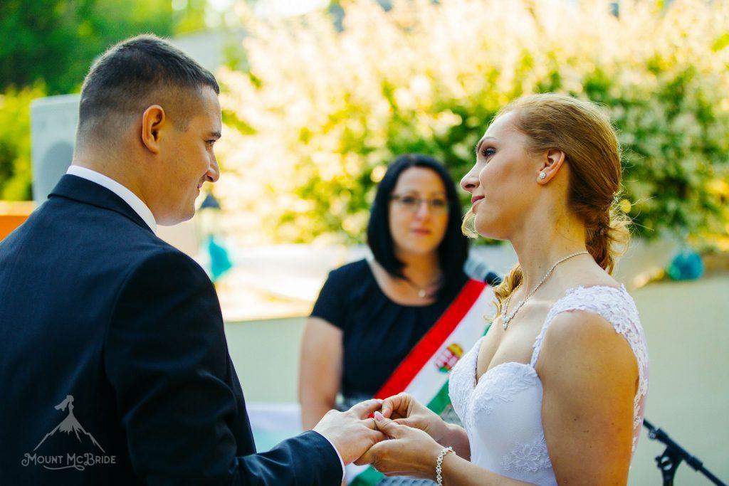 Szertartásvezető, szertartásvezetés, esküvő, Lendvai Niki, Lendvai Nikoletta, Lendvai Niki szertartásvezető, Polgári ceremónia, Esküvői ceremónia, ceremónia, házasság, házasságkötés, mondjigent, igen, tartson örökké, tartsonörökké, egyedi szertartás, személyreszóló szertartás, mentazöld esküvő, merj önmagad lenni, Menyhárt Balázs, Menyhárt Balázs ceremóniamester, Karsai Martino, Mount McBride, Alfa Art Hotel, Dj.Czeka, Bély András, Budapest, boldogság, szerelem, férj, feleség, menyasszony, vőlegény, család